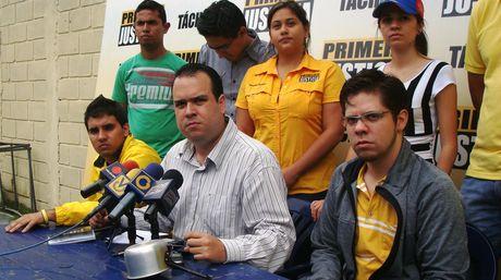 Carlos Parra, uno de los jovenes detenidos por cacerolear y el diputado a la AN y coordinador de Primero Justicia, Eduardo Marín   ELEONORA DELGADO