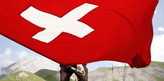 Una bandera suiza en Engstligenalp, cerca de Adelboden. / PETER KLAUNZER (EFE)