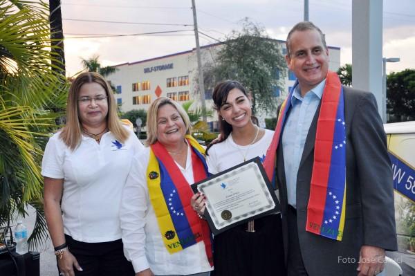 Claudia Viloria, voluntaria de Venezuela Awareness, recibiendo su reconocimiento. A su lado, los congresistas Ros-Lehtinen y Diaz-Balart.