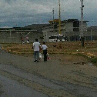 Rafaelito caminando a la carcel con su tio, donde pudo ver a su mamá, Laidet Salazar, después de 5 meses (Foto VAF)