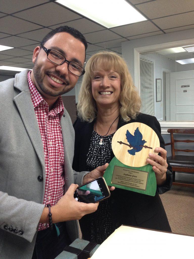 Reconocimiento a la abogado de Inmigracion Stephanie Green por su apoyo a los inmigrantes, entregado por Orian Brito (Foto VAF)
