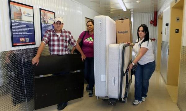La voluntaria Adriana Castellanos entrega unas donaciones a Alfredo Caizares y su esposa María Conchita Díaz, en unos de los almacenes de la organización Venezuela Awareness el viernes 13 de Mayo del 2016, en Miami. Roberto Koltun rkoltun@elnuevoherald.com
