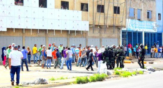 La Guardia Nacional lanzó bombas lacrimógenas y perdigones a los manifestantes en la avenida Manuel Piar Fotos Luis Rodríguez