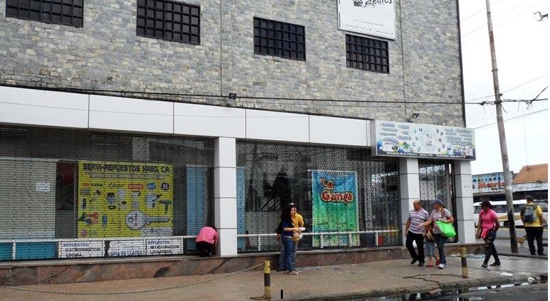 Dos minitiendas en el Centro Comercial Auyantepuy fueron asaltadas. Rompieron vidrios y cargaron con accesorios de celular y peluches
