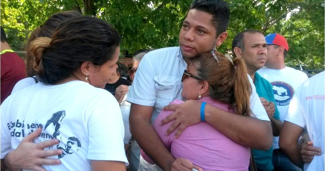 Familiares aguardaban a las afueras de tribunales por la audiencia de los jóvenes