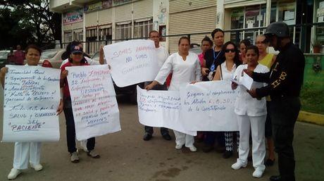 Las afectadas protestaron ayer a las afueras del centro asistencial