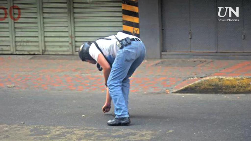 Hombre levanta conchas de bala en La Candelaria | Foto: Últimas Noticias